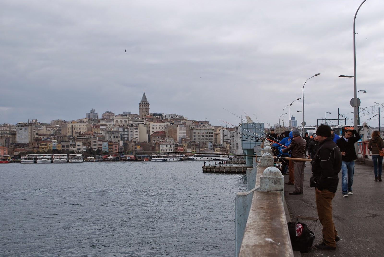 Стамбул, Турция, вид на Галатскую башню с Галатского моста.