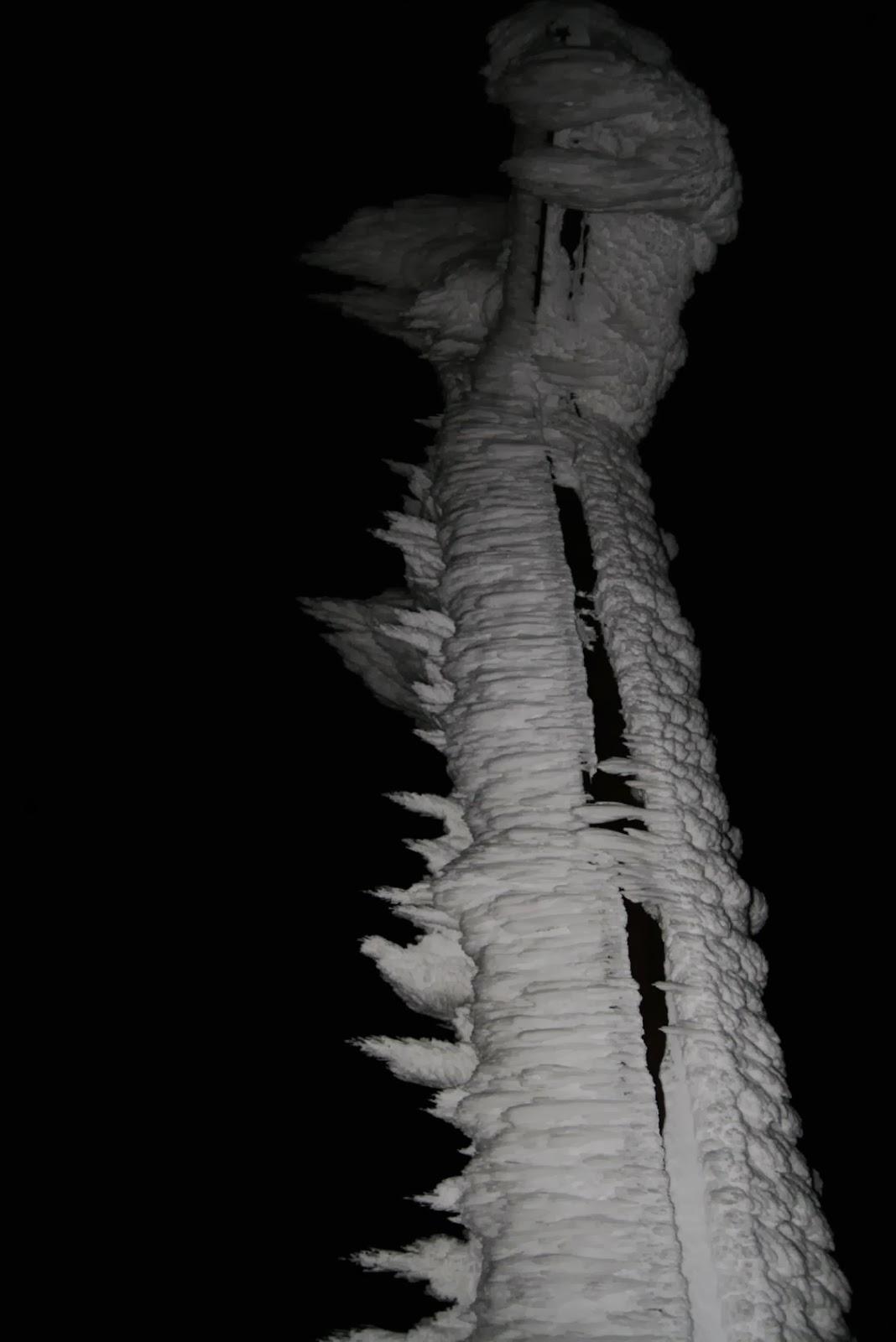 Montagnatore Bianco E Nero Avventura Notturna Su Neve Fresca A