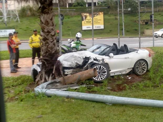 BMW avaliada em quase R$ 200 mil fica destruído após acidente