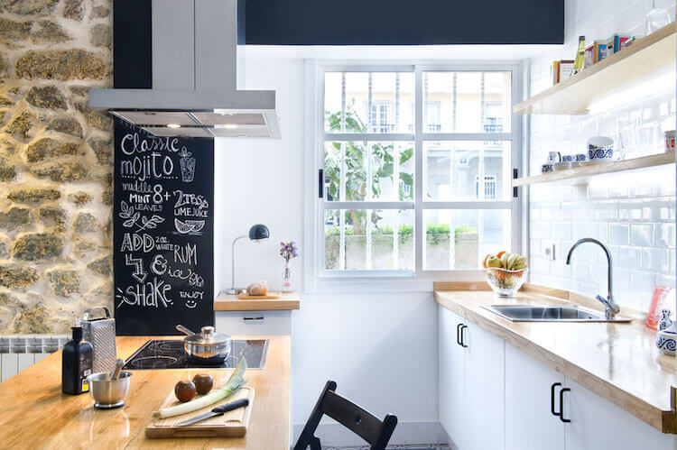 Como decorar una vivienda para alquilarla más rápido, cocina con pared pizarra