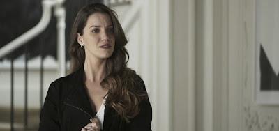 Desesperada, Fabiana vai atrás de Agno armada e se estrepa em A Dona do Pedaço