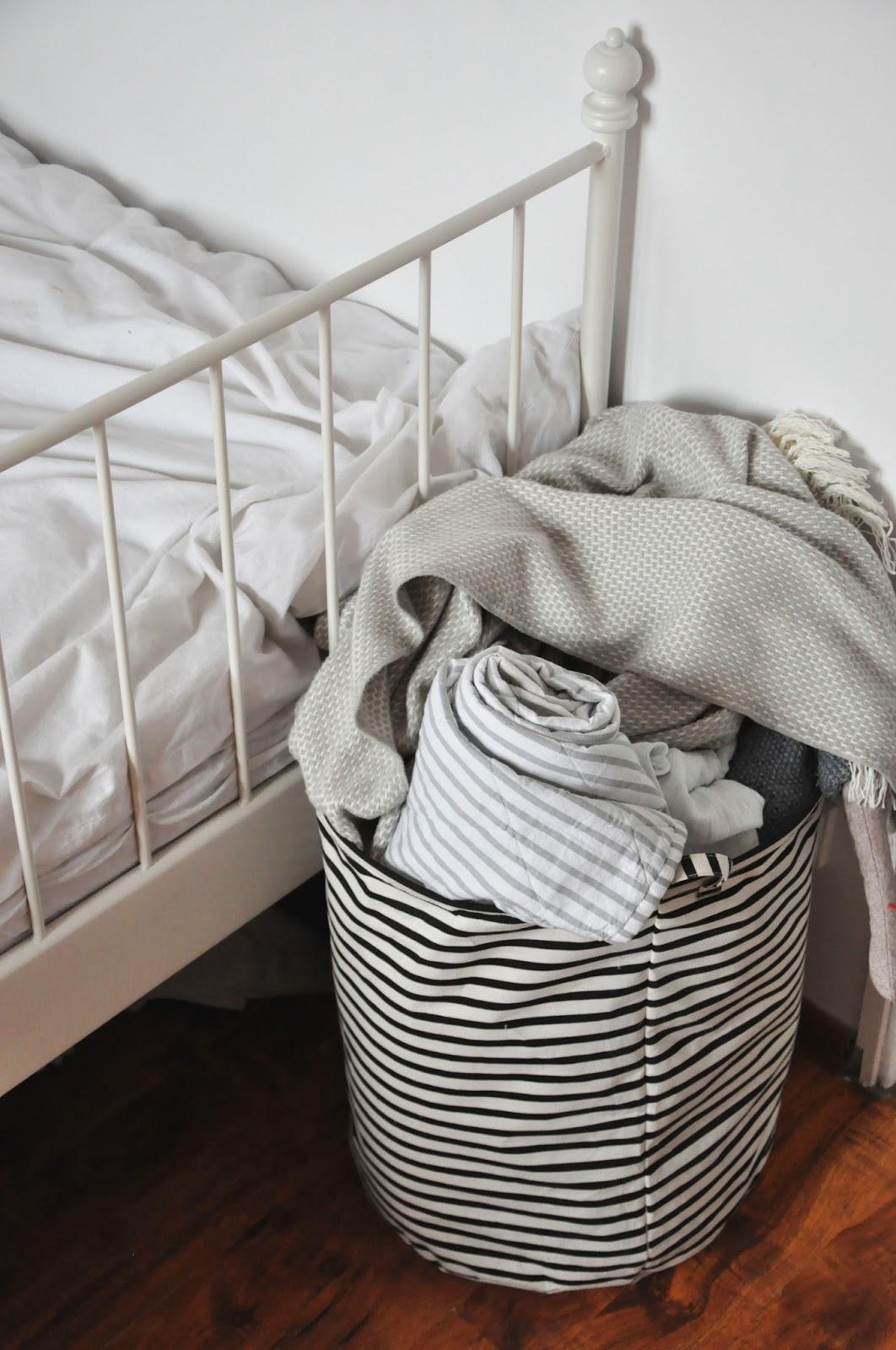 łóżko ikea leirvik,biała pościel, kosz w paski house doctor