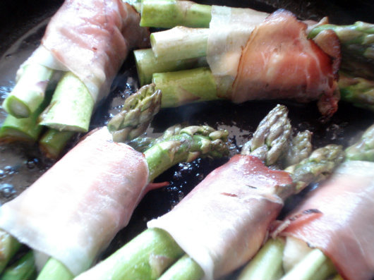 Parcels with asparagus, mozzarella and prosciutto by Laka kuharica: fry the parcels