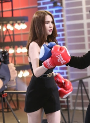 Ngoc Trinh in black dresses to play boxing girl