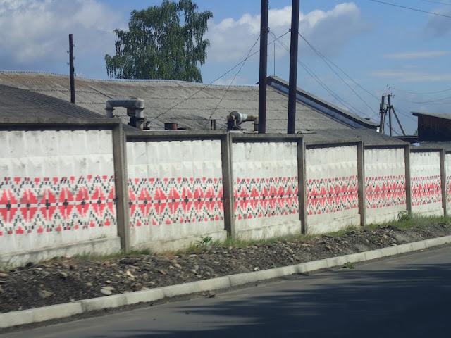 Płot malowany w tradycyjny ukraiński wzór