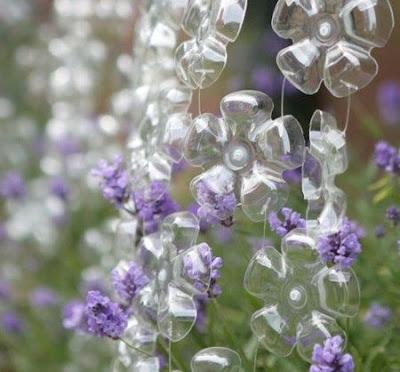 Ideias com plásticos, garrafas pets que viram flores na decoração.