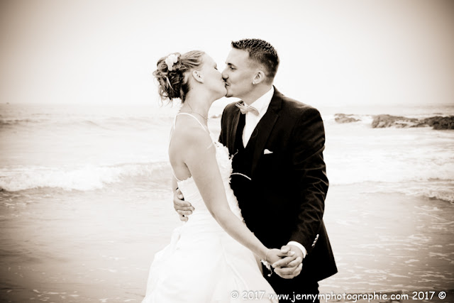 portrait mariés bisous dans la mer