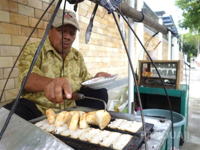 Penjual Rangin di depan Istana Gebang