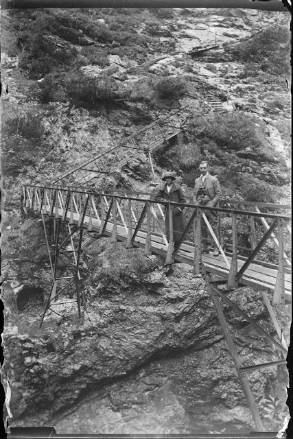 """zwei Personen auf der """"Eisernen Brücke"""" über der Partnachklamm - 1914-1920"""