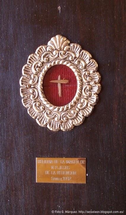 Astillas de la imagen del Santo Cristo de la Redención de Sevilla insertados en la cruz del Santo Cristo de la Redención de León. Cofradía de la Redención. Foto G. Márquez