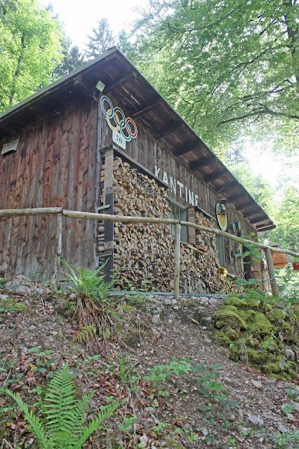 Historische Bobkantine am Riessersee an der Olympia-Bobbahn von 1936 - urig-gemütliche Hütte für Feiern aller Art