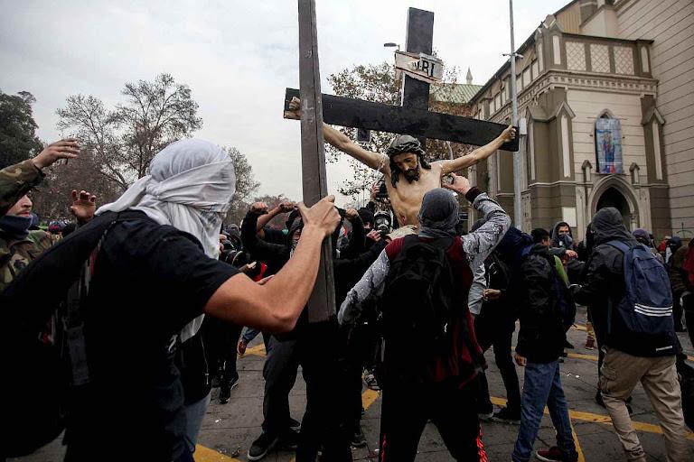 Momento da profanação do Santíssimo Crucificado faz lembrar a própria Paixão. Desta vez foi feita em nome da Revolução Cultural gramsciana que se espalha pelo Ocidente