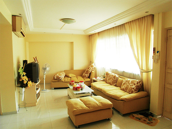 Traditional-Yellow-Living-Room