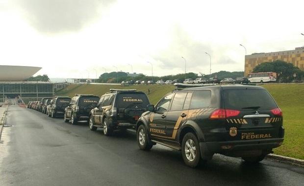 A Polícia Federal prendeu na manhã desta sexta-feira (21), em Brasília, quatro policiais legislativos suspeitos de prestar serviço de contrainteligência para ajudar senadores investigados em operações da PF, como a Lava Jato