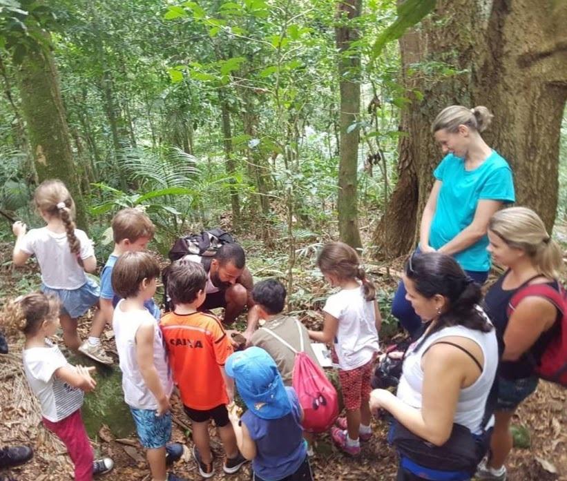 Pais e filhos construindo o totem
