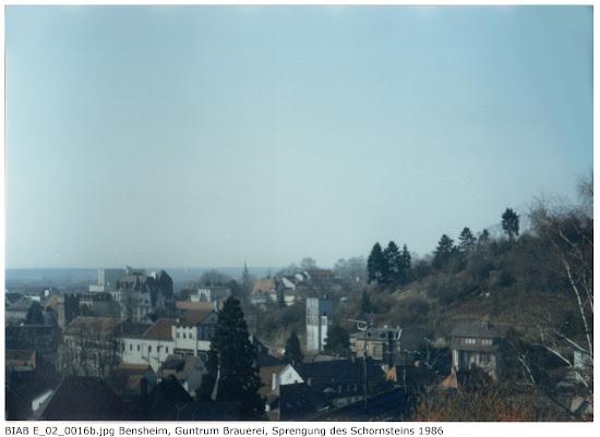 BIAB_E_02_00016b: Bilder der Sprengung des Schornsteines, Brauerei Guntrum, Bensheim 1986, Quelle: Norbert Clara, Bensheim