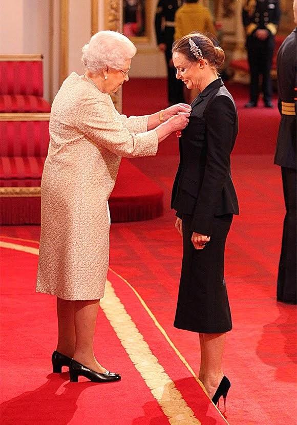 Stella McCartney décorée par la reine Elizabeth II