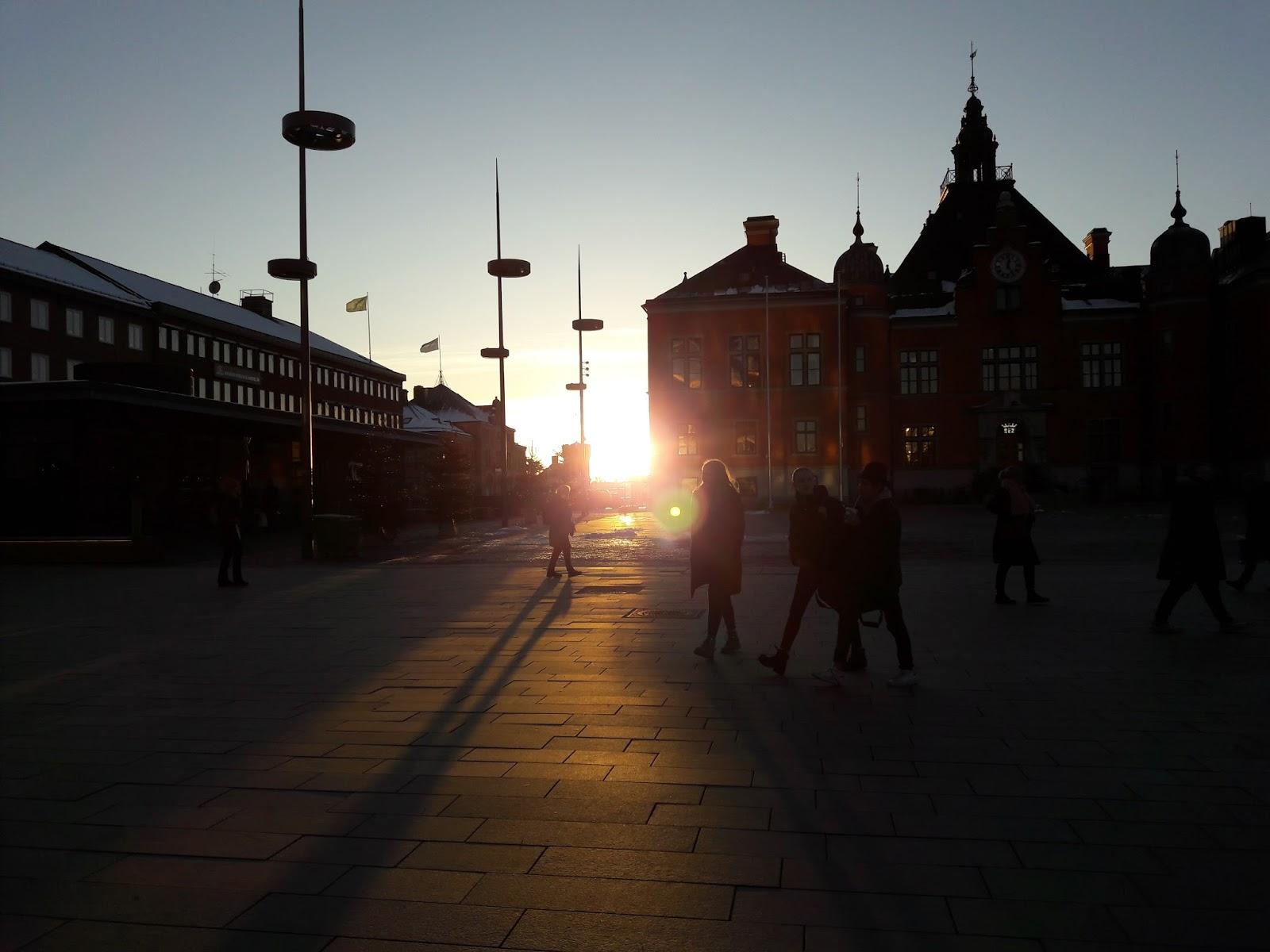 Rådhustorget i Umeå idag klockan 12.41. Så här lågt stod solen. Nu vänder  det! 9b16a6e005402
