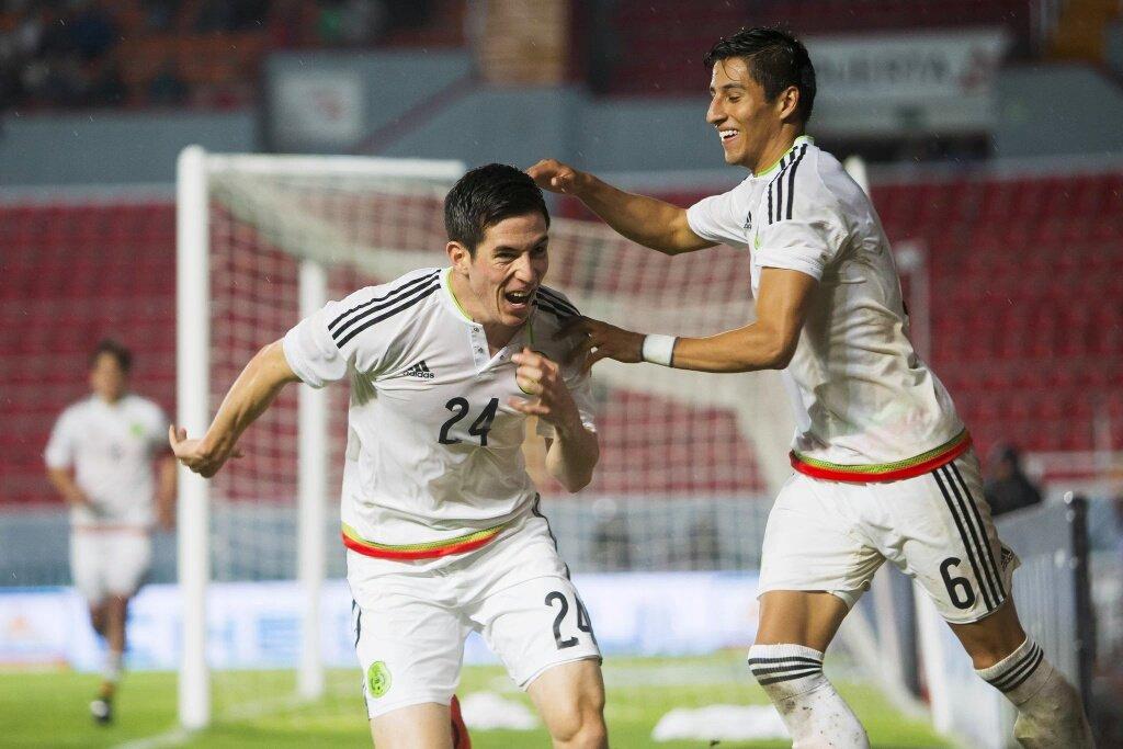 Marco Bueno festeja su gol.