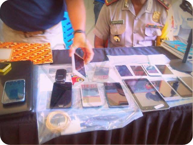 Dari hasil penangkapan, polisi menyita 22 unit HP, 1 unit ponsel tablet dan 1 unit laptop serta uang tunai sebesar Rp500.000.