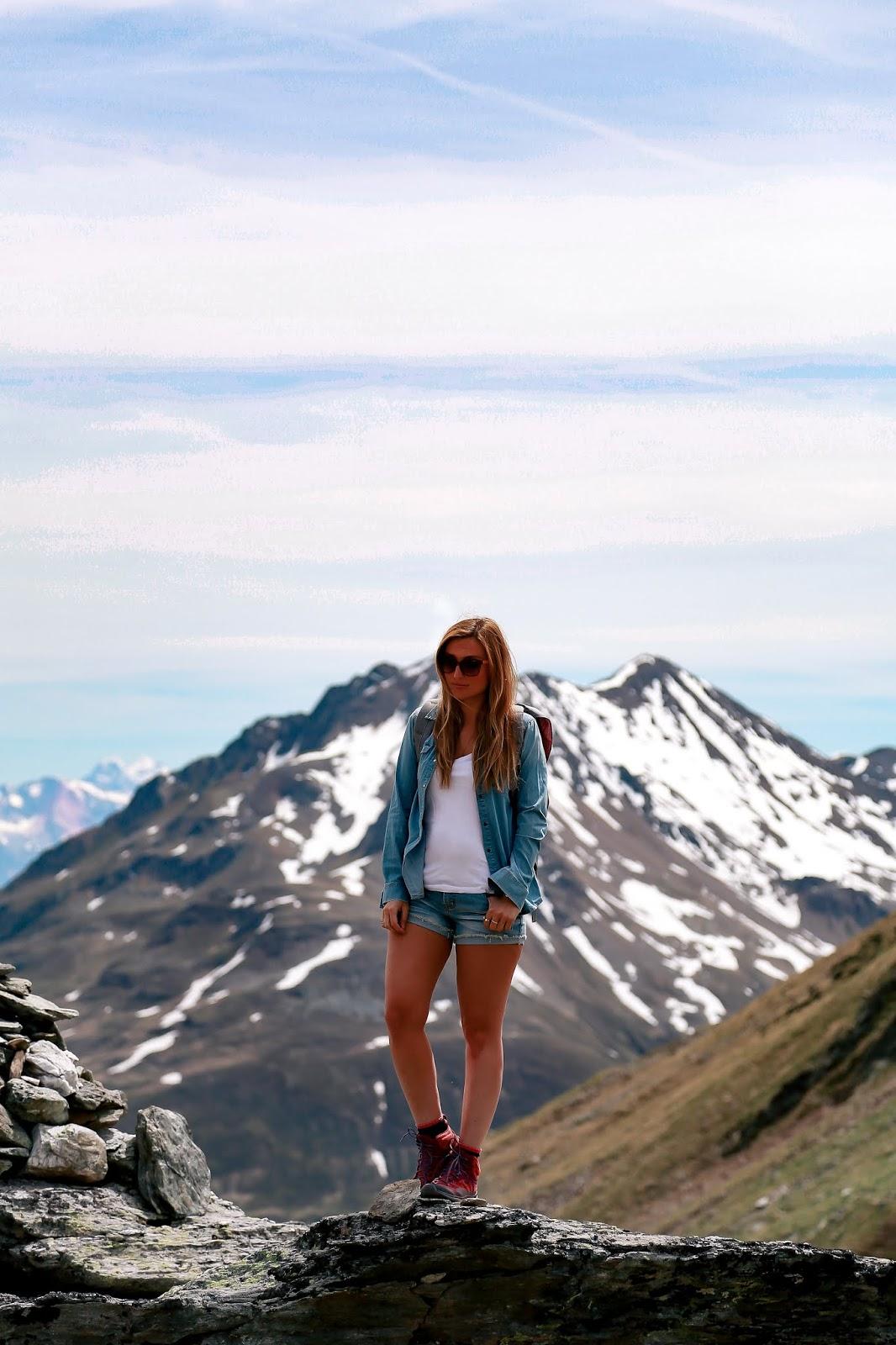 Was-zieht-man-zum-wandern-an-Wanderoutfit-fashionstylebyjohanna-wanderung-in-österreich-outdoorblogger