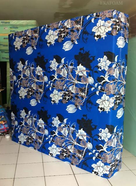 Kasur inoac motif bunga manohara biru