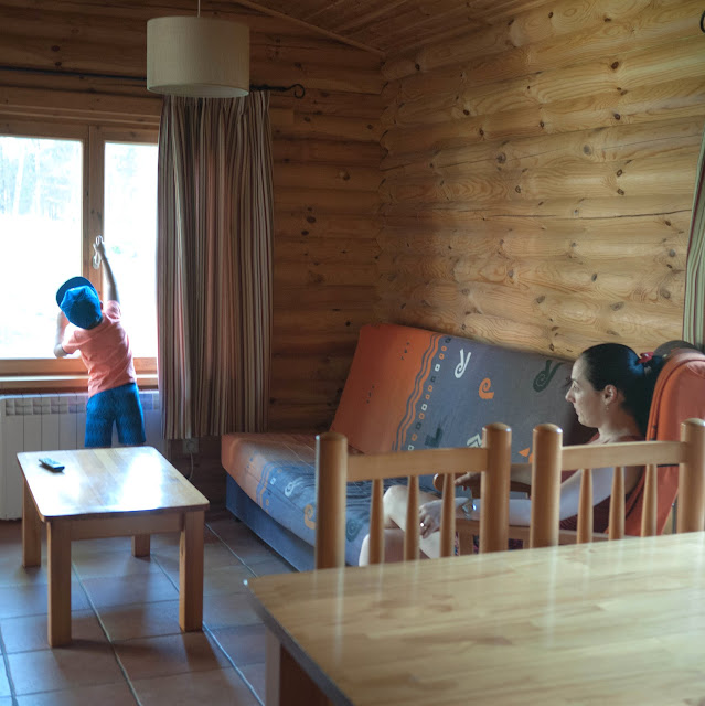 El salón de nuestra cabaña nórdica en el Camping Cuenca