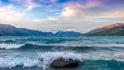 Preciosas vistas al mar con montañas de fondo
