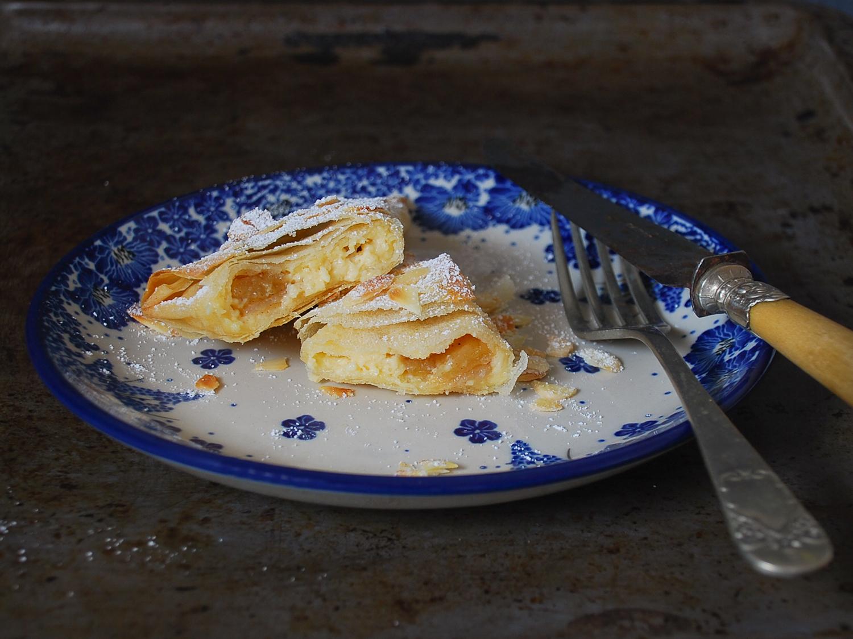Triángulos de crema pastelera y manzana