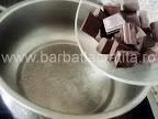 Rulada cu ciocolata preparare reteta crema - adaugam ciocolata rupta bucatele