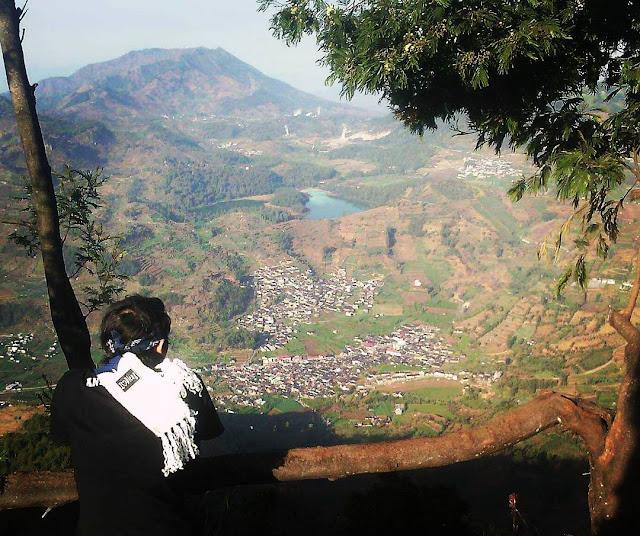 foto pemandangan telaga warna dari puncak gunung prau