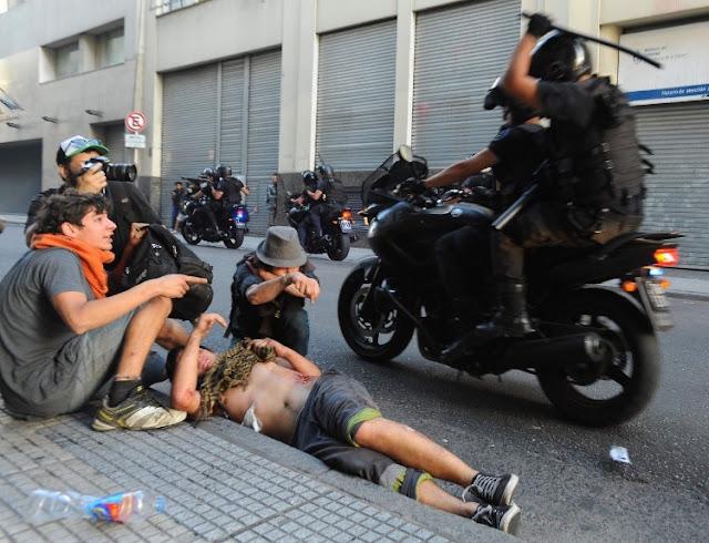Otro día de terror en la Argentina macrista: un herido grave, decenas de detenidos, sigue la feroz represión de la policía en Congreso y en 9 de Julio