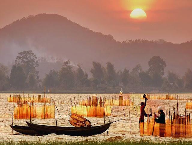admire stunning beauty of Lak Lake