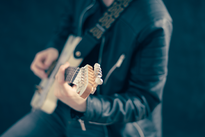 Pria elegan memainkan gitar