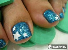 Uñas decoradas con azul metálico y estrellas