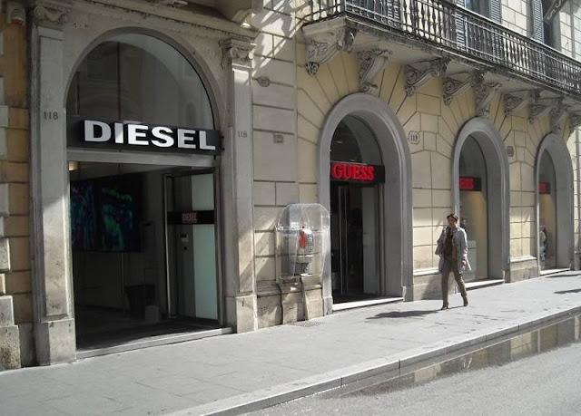 Lojas das marcas Diesel e Guess na Via del Corso em Roma