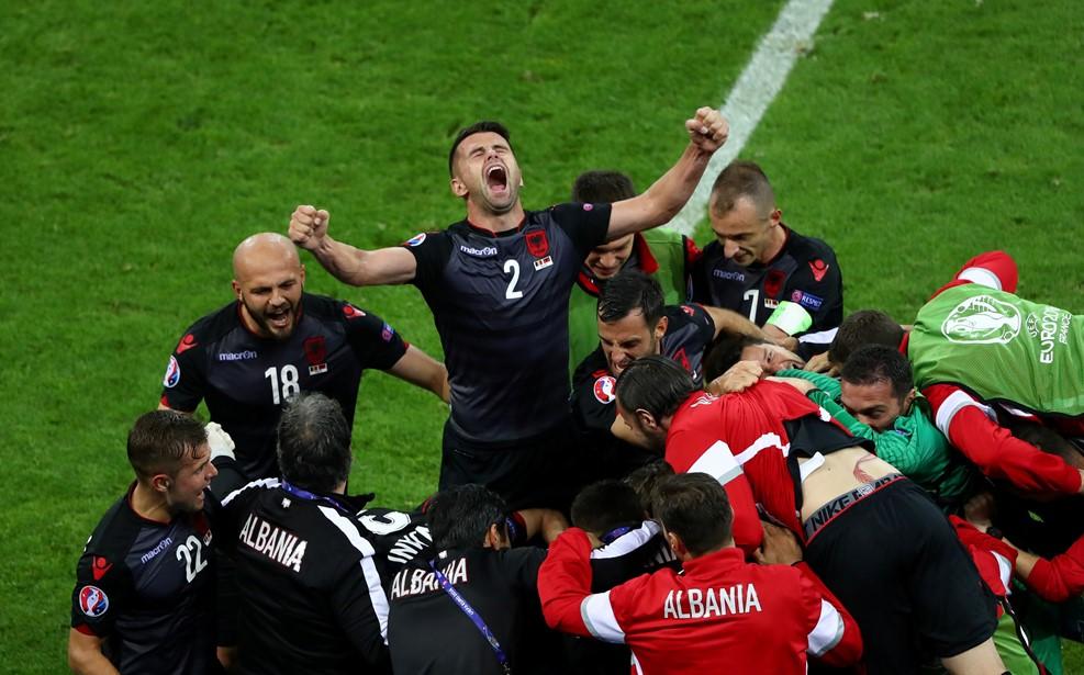Terra de Futebol  Albânia vence faz história 49c2c1df377a8