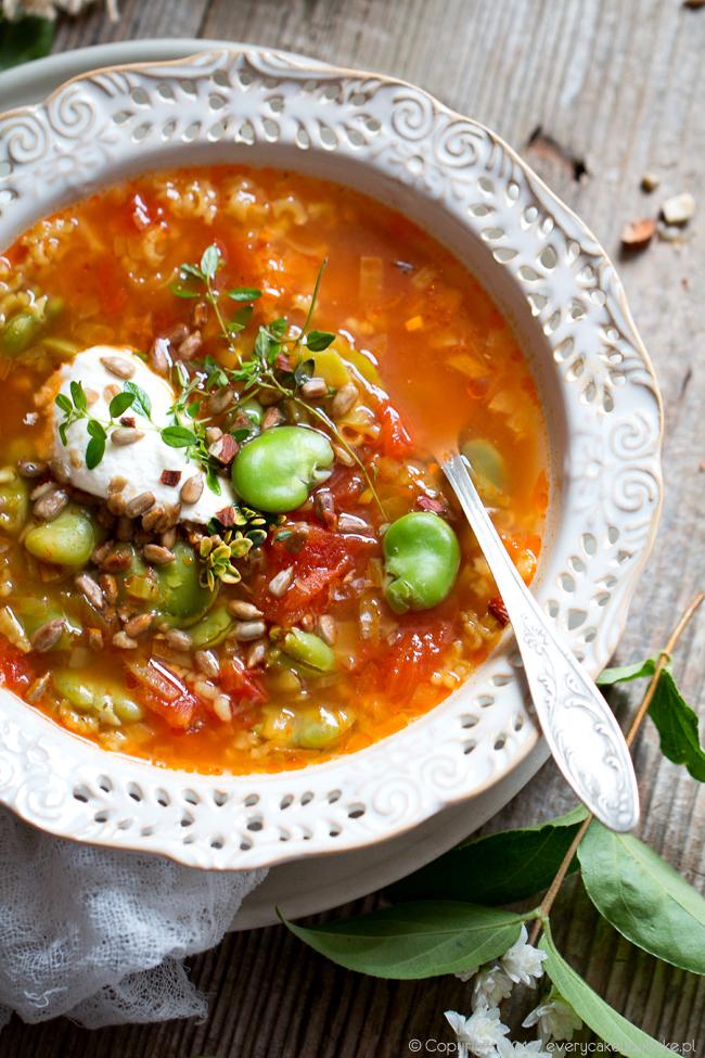 zupa z bobem, pomidorami i ryżem przyprawiona kuminem