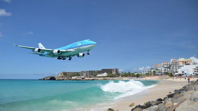 Sebuah pesawat berwarna biru akan mendarat di Maho Beach, Bahama