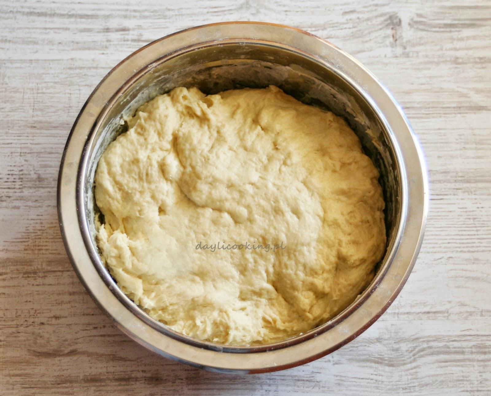 Maślany drożdżowy wieniec cynamonowy
