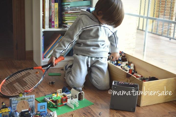 niño con raqueta jugando a LEGO