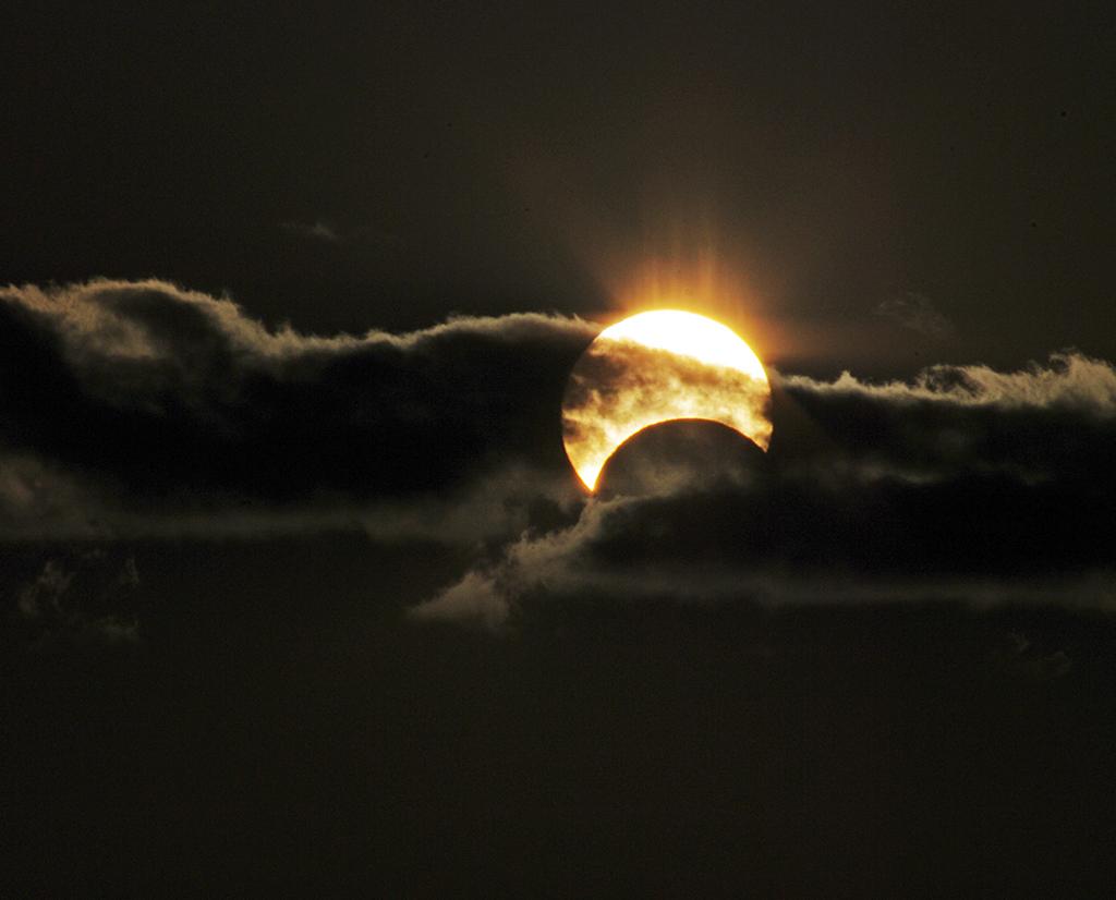 Земляне увидели кольцеобразное солнечное затмение