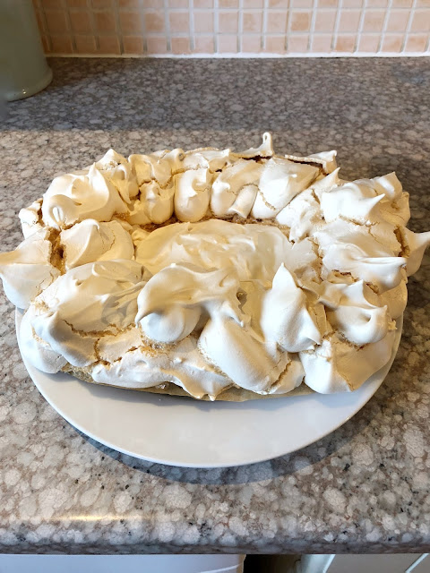 Best easy meringue recipe, how to get egg whites to stiffen to create an easy to make meringue summer pavlova. Make sure you whisk the egg whites for a long time, you can't overwhisk. Add the sugar slowly and keep whisking.