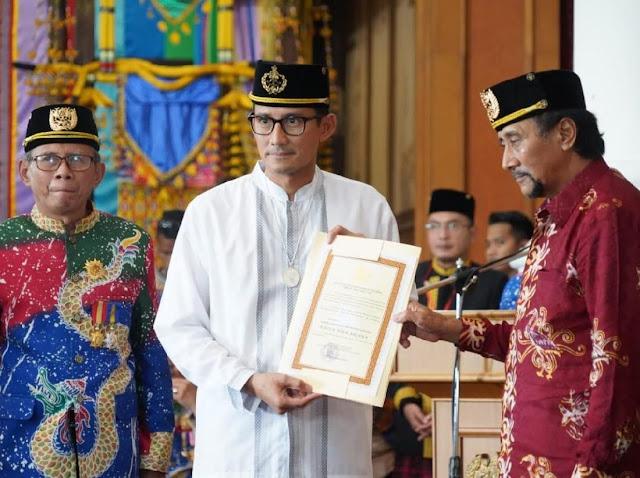 Sandiaga Diberi Gelar 'Raden Wira Arsana' oleh Sultan Kukar