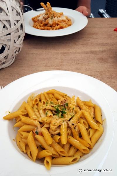 Orientalisch angehauchte Pasta mit Putenbruststreifen und Curryschaum im Mediterrane in Karlsruhe