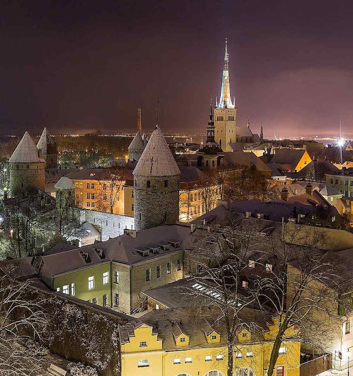 Vista noturna do centro medieval de Tallinn, Estônia