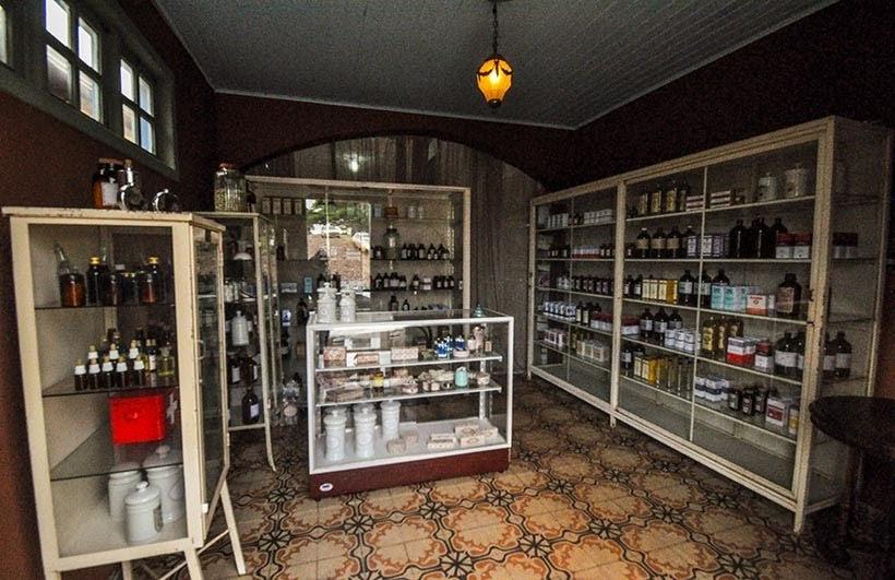 Interior da Farmácia de São Miguel: minissérie Se Eu Fechar os Olhos Agora. Foto do cenário: Marilane Batista/Ascom