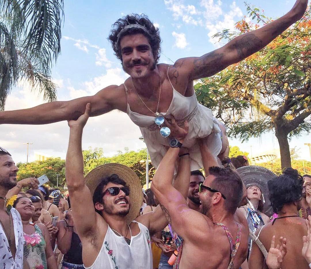 Caio Castro rebate comentário homofóbico que recebeu em foto