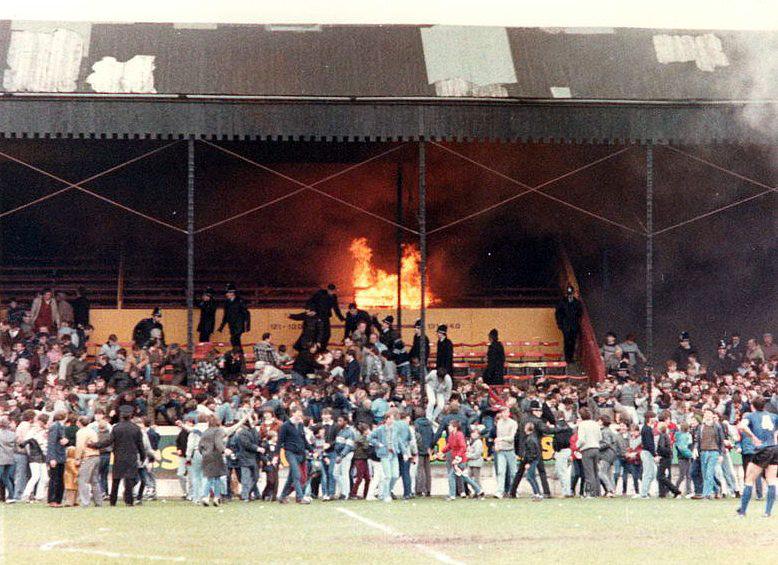 Inicio del fuego en el la grada principal del Valley Parade