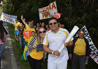 """O condutor Marco Antonio Alves Pereira e a mulher, Flávia Martins, com amigos e familiares no Soberbo: """"o que muda a vida da juventude é o esporte"""""""